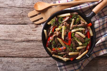 フライパンに自家製のペルー料理: ロモ saltado。上から水平ビュー