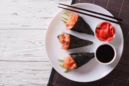 日本食: サーモン巻き寿司、紅生姜、醤油。上から水平ビュー 写真素材