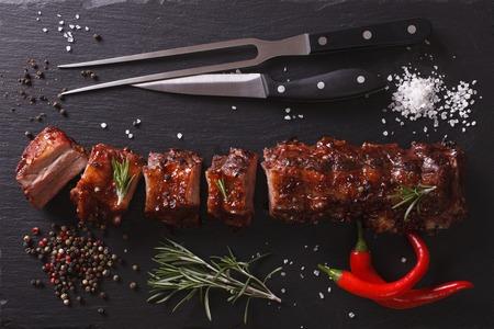 BBQ varkensribbetjes gehakt op een tafel met de ingrediënten. horizontale bovenaanzicht