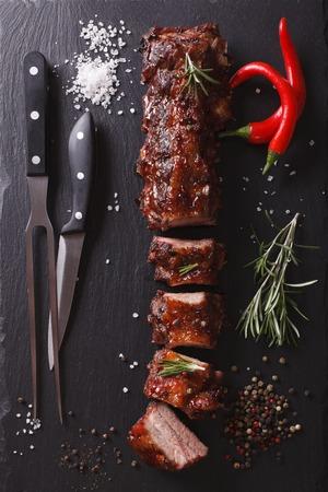 BBQ varkensribbetjes gehakt op een tafel met de ingrediënten. verticaal bovenaanzicht Stockfoto