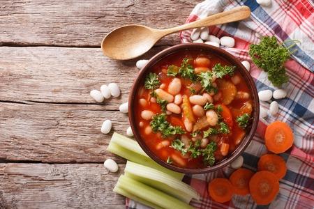 alubias: sopa de frijoles en casa con ingredientes. vista horizontal desde arriba