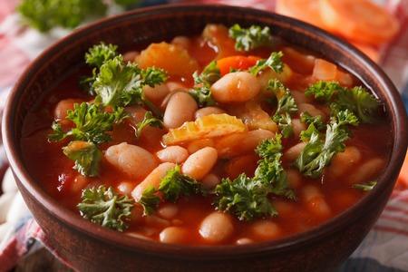 豆、ニンジン、セロリ ボウル マクロの野菜スープ。水平方向