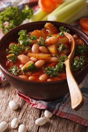 テーブルの上の野菜や食材のクローズ アップと豆のスープ。垂直方向