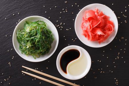 algas marinas: ensalada de alga wakame japonés con semillas de sésamo en una mesa. vista superior horizontal