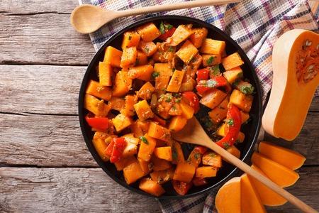 Vegetarisch voedsel: pompoen curry op een bord. horizontale bovenaanzicht