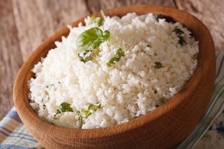 Karfiol rizs, bazsalikomos közelről egy tálba az asztalra. vízszintes