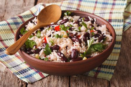 健康食品: テーブルの上のボウルのクローズ アップの小豆と米。水平方向 写真素材