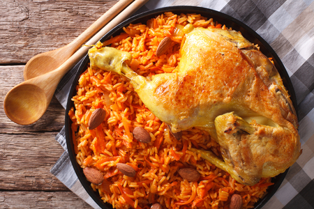 comida arabe: Arabic Food Kabsa: chicken with rice and vegetables close-up on a plate. horizontal view from above