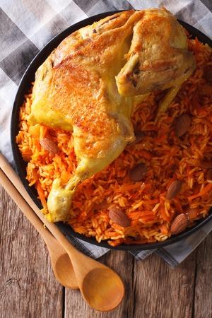 arabic food: Comida �rabe Kabsa: pollo con arroz y verduras en primer plano en un plato. Vista vertical desde arriba Foto de archivo