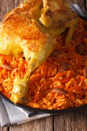 comida arabe: La comida tradicional �rabe: Kabsa con el primer de pollo en un plato. vertical Foto de archivo