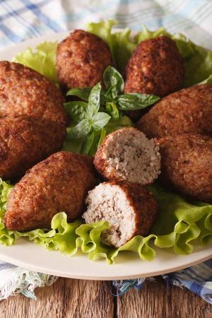 comida arabe: kibbeh comida �rabe con bulgur y pi�ones en una macro placa. vertical