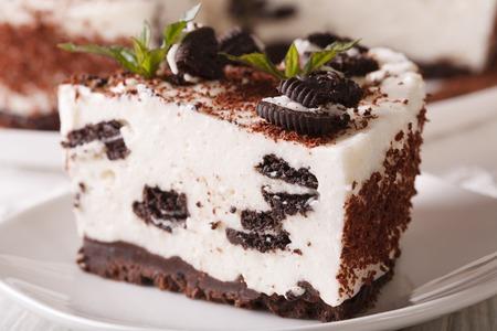 チーズケーキのチョコレート クッキー プレート マクロの作品。水平方向