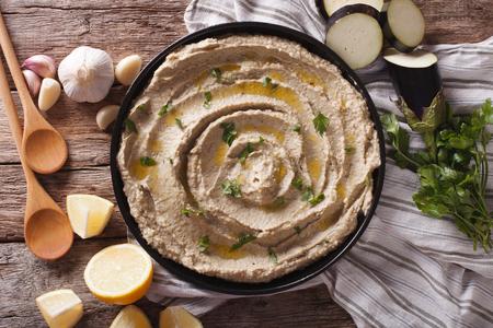 comida arabe: �rabe alimento baba ghanoush de primer plano en el plato y los ingredientes sobre la mesa. Vista horizontal desde arriba