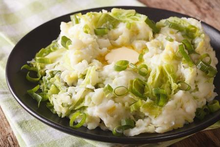 アイルランド煮込んだアイリッシュ ・ マッシュ ポテトとテーブルでサボイ キャベツとバターのクローズ アップ。水平方向 写真素材