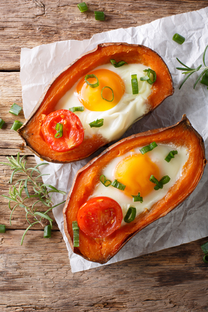 健康食品: テーブルの上揚げ卵とトマトのクローズ アップと焼き芋。上から垂直ビュー 写真素材