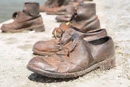 ホロコーストの犠牲者の記念碑。男性の靴はドナウ川のほとりにクローズ アップ。ブダペスト、ハンガリー 写真素材