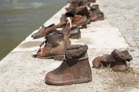 역사적인 조각 - 제 2 차 세계 대전 중 사망 한 유대인을 기억하는 다뉴브 강가의 신발. 부다페스트, 헝가리