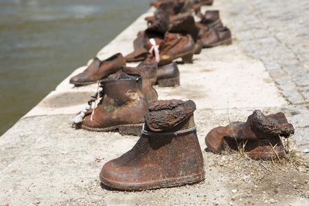 sculpture historique - chaussures sur le danube dans la mémoire de 7 nuits pendant les guerres pendant la russie russe de la russie