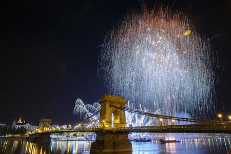 Fuegos artificiales sobre el Danubio en Budapest. Vista del puente de la cadena iluminada. Hungría