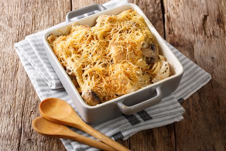 ノースアメリカン tetrazzini は、テーブルの上にベーキング皿に鶏のクローズアップを持っています。水平
