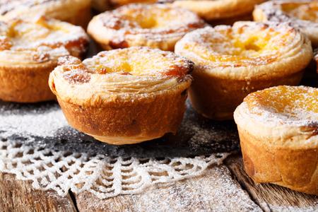 테이블에 포르투갈어 맛있는 파스텔 드 nata 근접 촬영. 수평의 스톡 콘텐츠