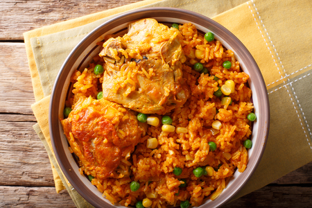 Galinhada is the Brazilian version of arroz con pollo chicken and rice close-up on a plate on a table. horizontal top view from above Foto de archivo - 99424175