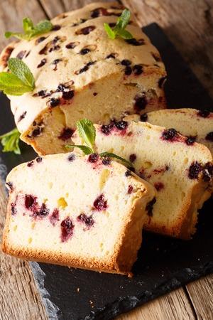 Dessert baking black currant cake close-up on the table. vertical, homemade bread 版權商用圖片