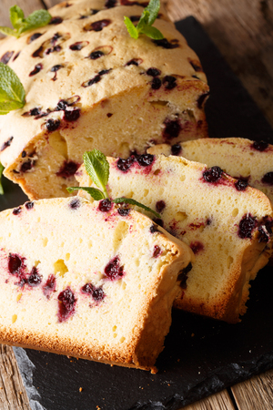 Freshly baked black currant cake with mint close-up on the table. vertical 版權商用圖片