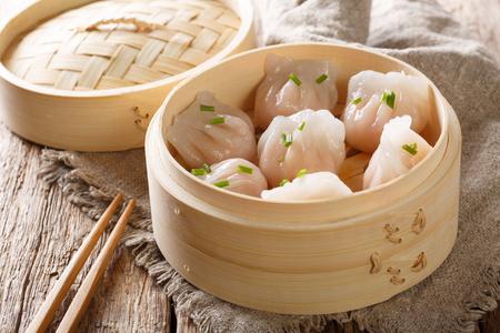Primer plano de dim sum de bolas de masa hervida de camarones al vapor sobre la mesa. horizontal Foto de archivo