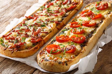 Gorący zapiekanka kanapka z boczkiem, pieczarkami, pomidorami i serem mozzarella z bliska na stole. poziomy
