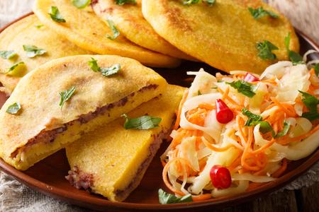 Salwadorski pupusa podawany z zbliżeniem curtido na talerzu. poziomy