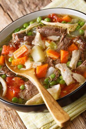 Slow Cooker Belgische Booyah-Suppe mit Gemüse und Fleisch Nahaufnahme in einer Schüssel auf dem Tisch.