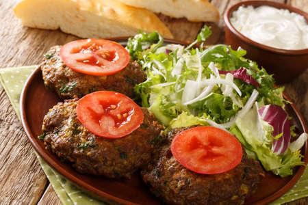 辛辣的印度羊肉串和新鲜的蔬菜紧紧地摆在桌上。水平