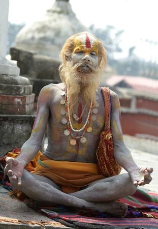 hinduismo: Valle de Katmandú, Nepal, 11 de octubre de 2010. Sadhu ?aiva (hombre santo) busca limosna delante de un templo de Pashupatinath