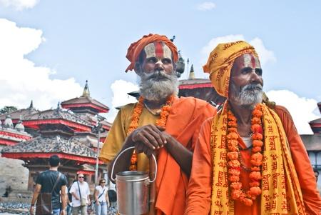 limosna: Katmand�, Nepal - 10 de Octubre de 2010: Dos Shaiva sadhu pidiendo limosna en frente de un templo