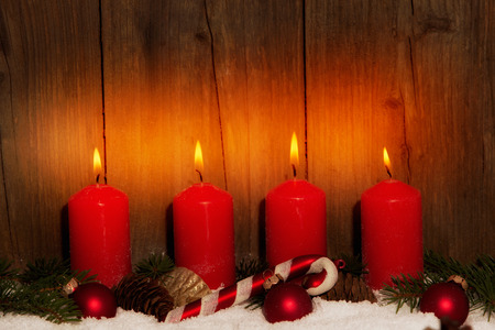 corona de adviento: Adviento velas con nieve delante de fondo de madera Foto de archivo