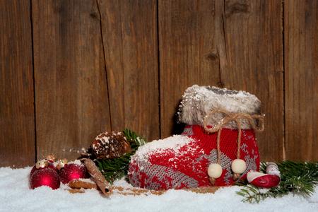 botas de navidad: Media de la Navidad en la decoraci�n de Navidad delante de fondo de madera Foto de archivo