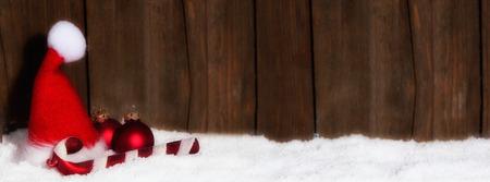 Weihnachtsmütze vor Holzhintergrund mit Textfreiraum
