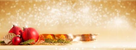 黄金ボケ背景の前でクリスマスの装飾と赤いクリスマスつまらない