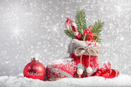 De kous van Kerstmis in de sneeuw met teken van de informatie 6 december