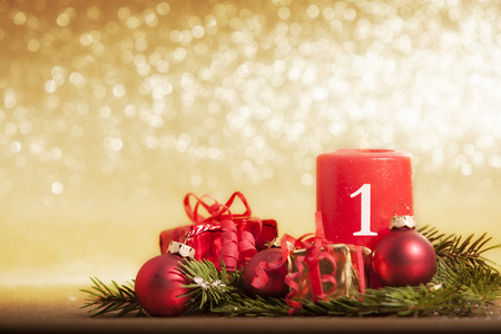 rode kaars voor Kerstmis met kerstballen en geschenken voor gouden schitterende achtergrond Stockfoto