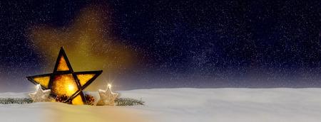 gloeiende ster van Kerstmis 's nachts, in de sneeuw Stockfoto