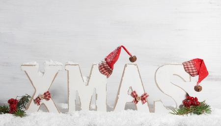 fond de texte: Noël, lettres en bois avec des chapeaux de Noël en face de fond en bois