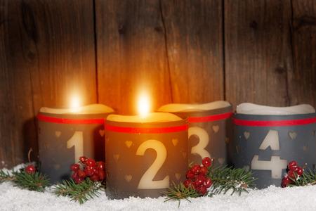2. Advent, gloeiende kaarsen met nummers in de voorkant van Houten achtergrond
