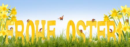 Happy Easter  Houten brieven met Lieveheersbeestje en Gele narcissen Stockfoto