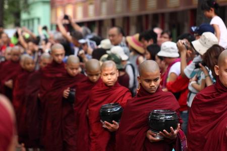 limosna: Limosna tradicional ceremonia de entrega de la distribución de alimentos a los monjes budistas en las calles de Monasterio Yone Mahar Gandar, Myanmar