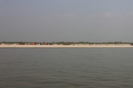 mundo contaminado: pueblo en una zona marginal cerca del río en Mandalay, Myanmar
