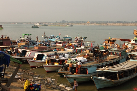 mundo contaminado: botes en un barrio pobre cerca del r�o en Mandalay, Myanmar Editorial