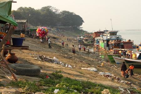 mundo contaminado: botes en un barrio pobre cerca del río en Mandalay, Myanmar Editorial