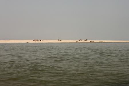 mundo contaminado: botes en un barrio pobre cerca del río en Mandalay, Myanmar Foto de archivo
